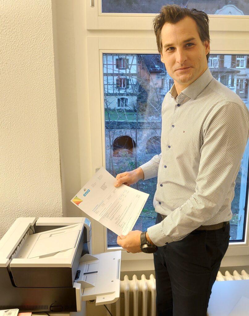 Roger Lüscher scannt die erste Rechnung für den neuen Workflow
